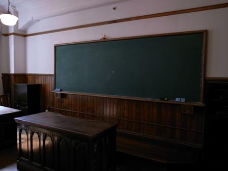 レトロな教室の黒板。